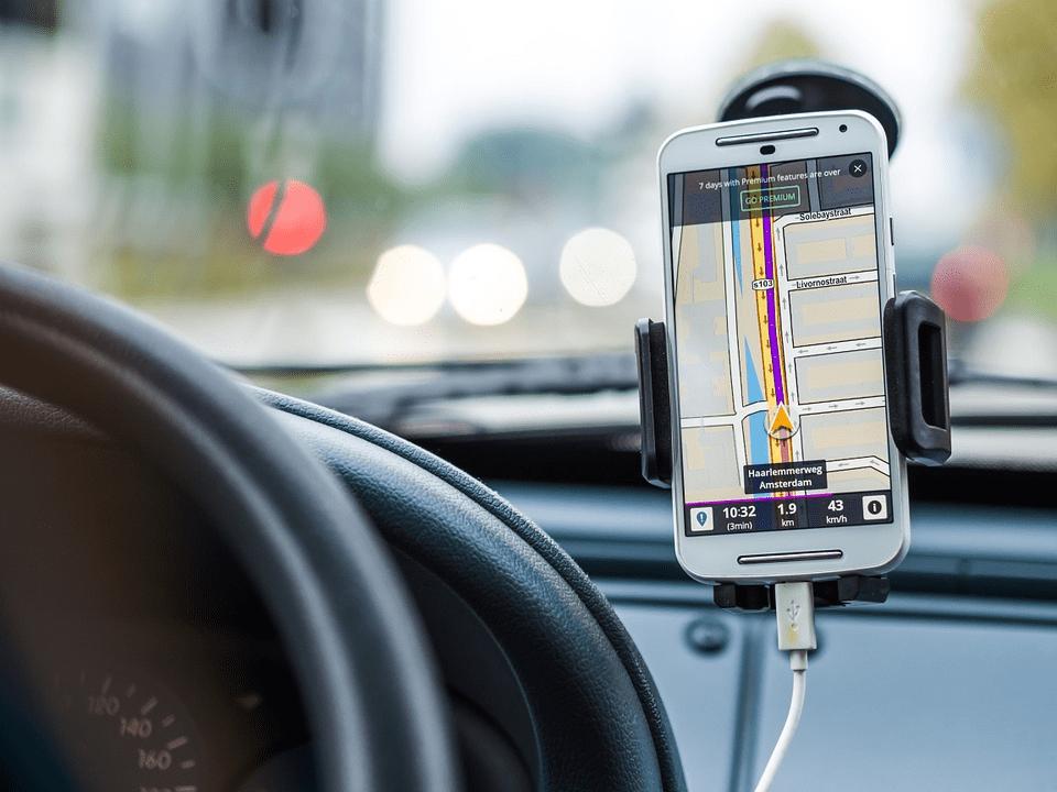 Movil con GPS en el coche